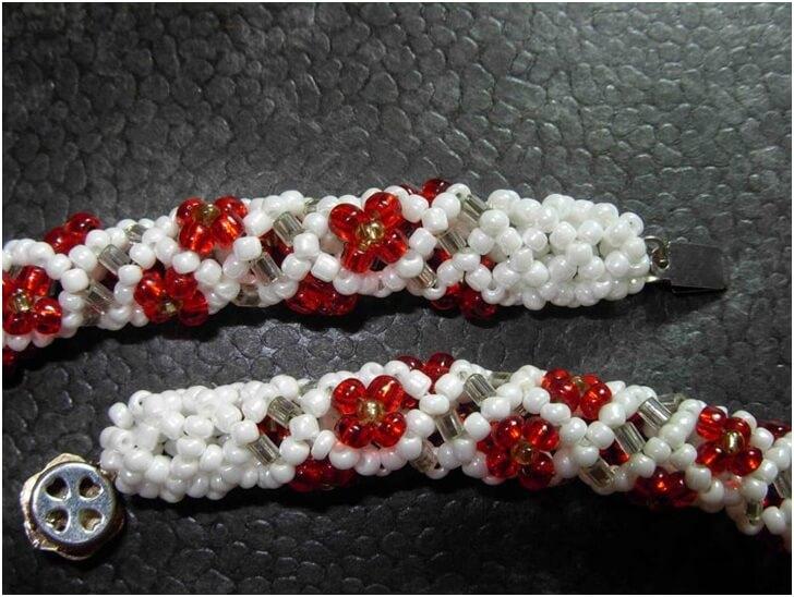 Белый браслет с красными цветами