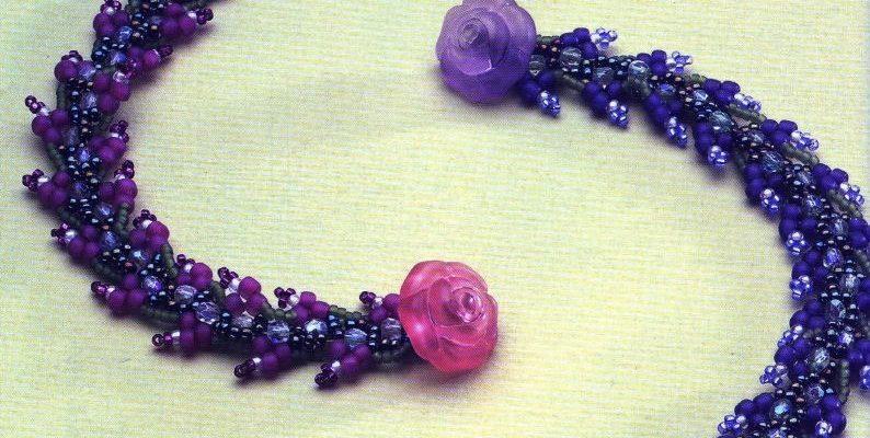Этот красивый браслет сплетен из синего мелкого бисера, голубого мелкого бисера и синего крупного бисера. Второй вариант с добавлением фиолетового бисера, но вы подберите любой другой цвет бисера или сочетание. В качестве застежки используется декоративная пуговица в виде розы и петелька на другом конце браслета.