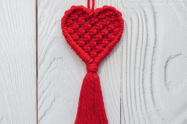 Брелок в форме сердца в технике макраме
